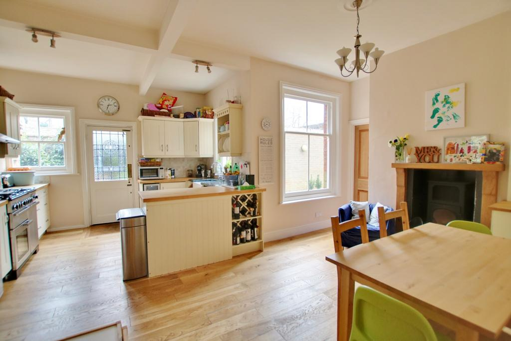 5 Bedrooms Semi Detached House for sale in Southampton