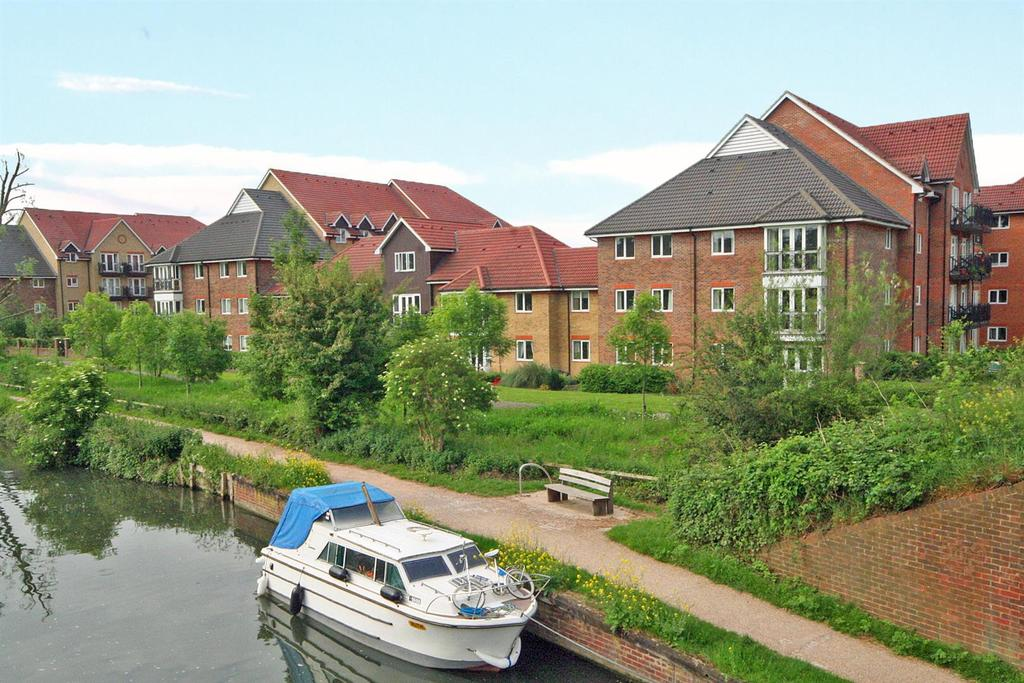 3 Bedrooms Apartment Flat for sale in Sommers Court, Ware - 3 Bedroom Larger Style !