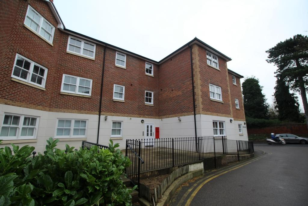 2 Bedrooms Flat for sale in Hemnall Mews, Epping, CM16