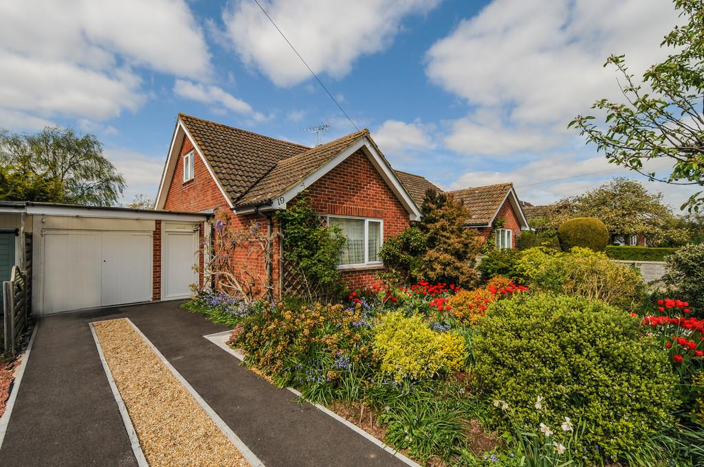 2 Bedrooms Semi Detached Bungalow for sale in Newport Drive, Fishbourne