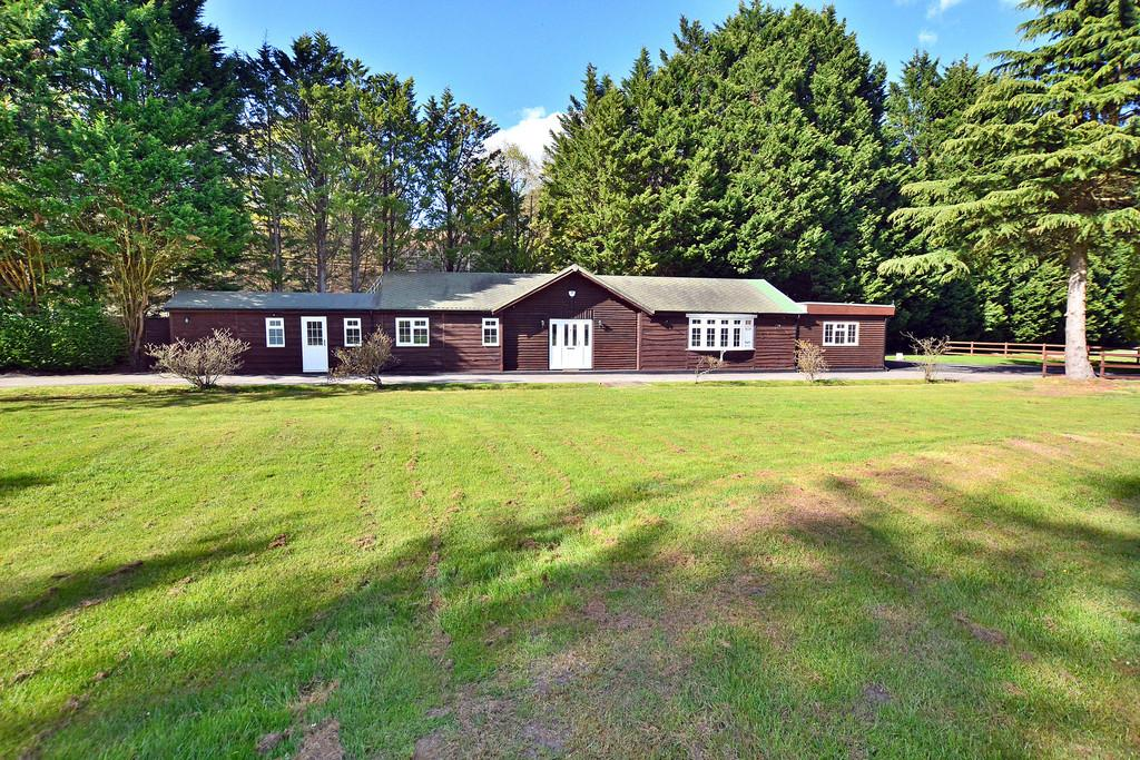 2 Bedrooms Detached Bungalow for sale in Pirbright, Surrey