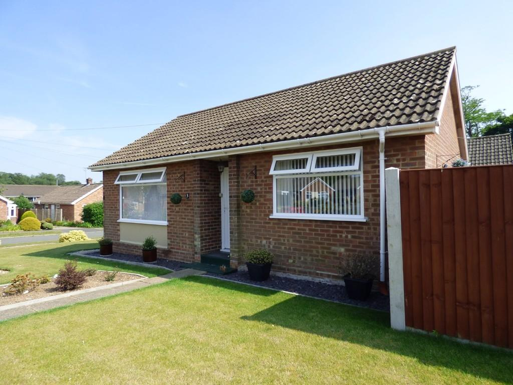 2 Bedrooms Detached Bungalow for sale in Manor Park Gardens, Long Stratton