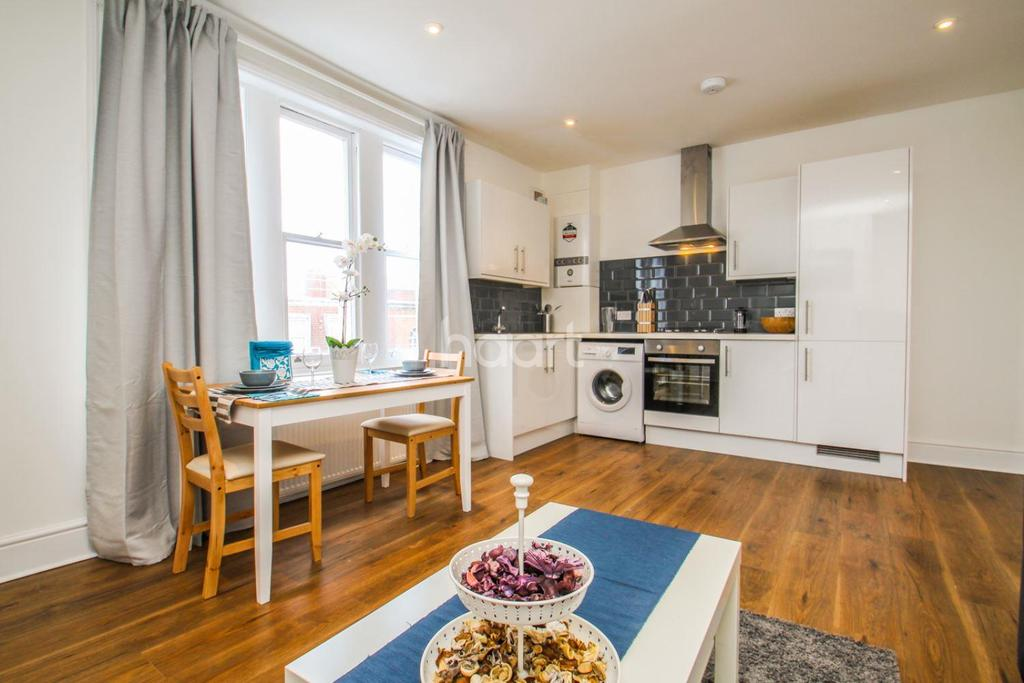 3 Bedrooms Flat for sale in Greyhound Lane