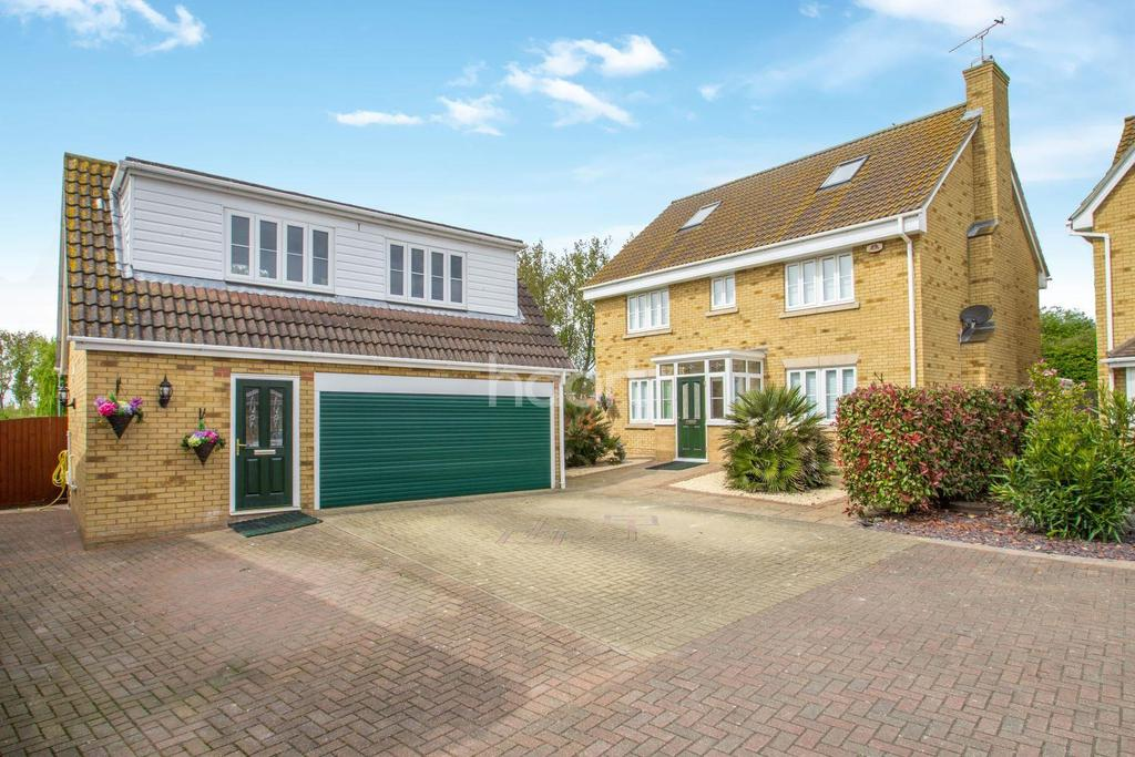 5 Bedrooms Detached House for sale in Magnolia Close, Canvey Island