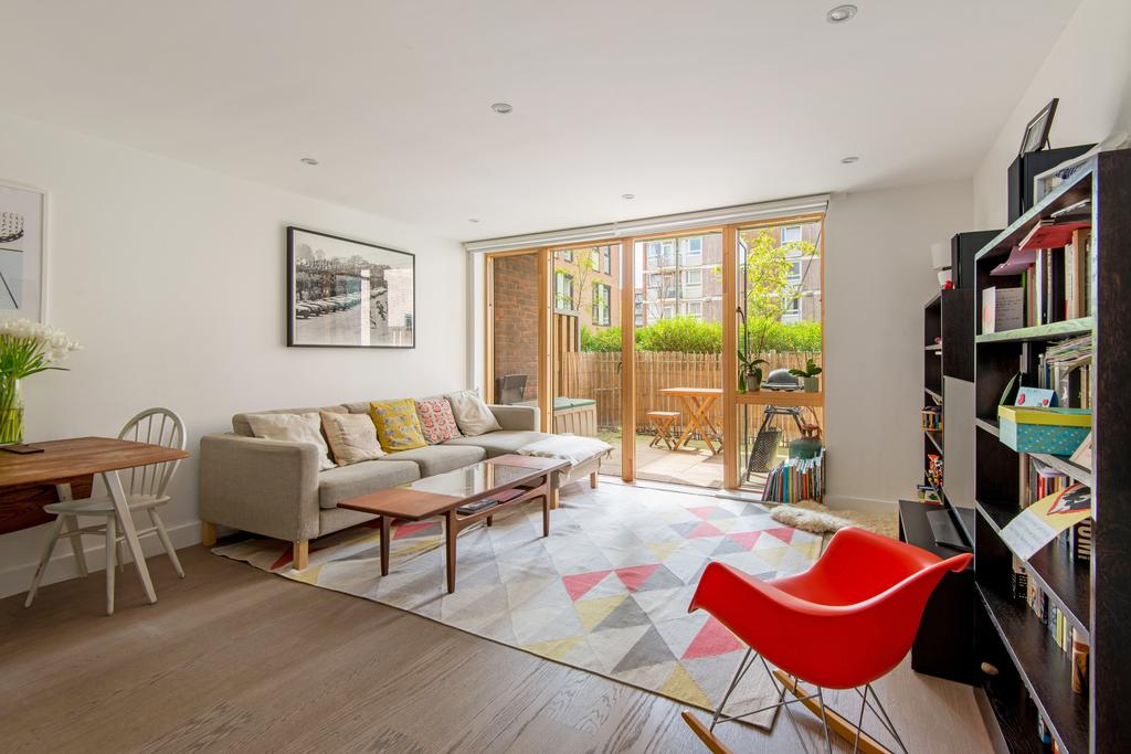 3 Bedrooms Apartment Flat for sale in Swimmers Lane, Hackney, London E2