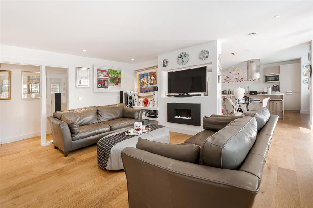 2 Bedrooms Apartment Flat for sale in Shoesmith Lane, Kings Hill
