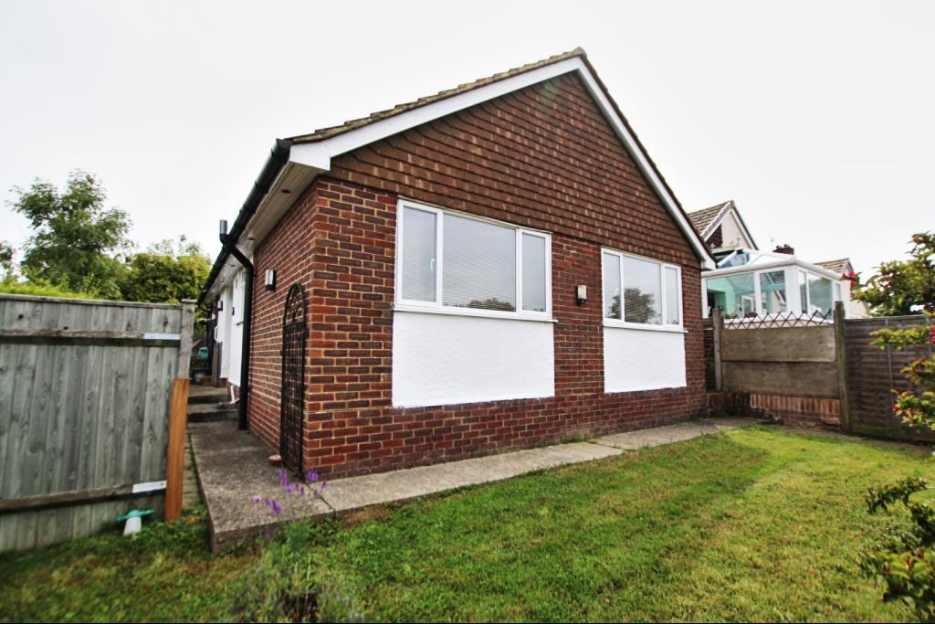 2 Bedrooms Detached Bungalow for sale in Manor Park Close, Hailsham BN27