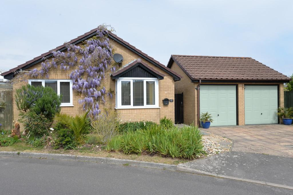 3 Bedrooms Detached Bungalow for sale in Highlands Road, Barton on Sea
