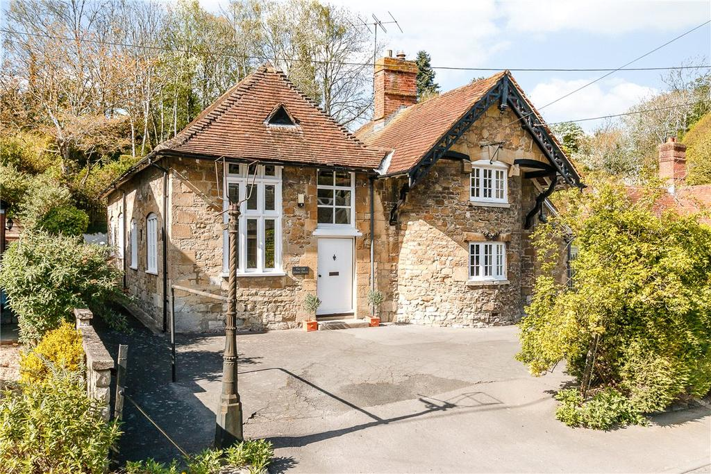 3 Bedrooms Detached House for sale in High Street, Erlestoke, Devizes, Wiltshire, SN10