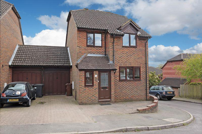 3 Bedrooms Detached House for sale in Oliver Close, Crowborough, East Sussex