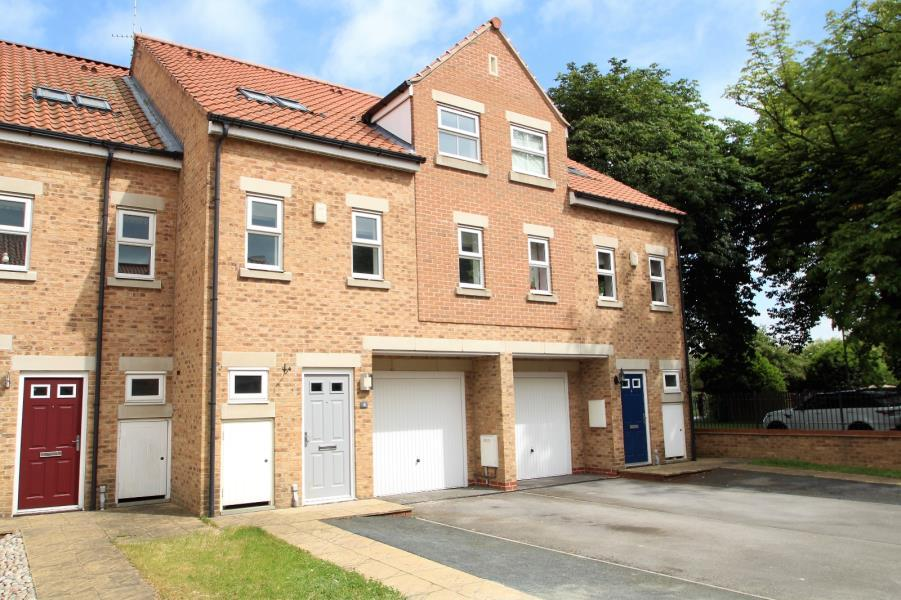 4 Bedrooms Town House for sale in WOODLAND MEWS, THORP ARCH, WETHERBY, LS23 7DA
