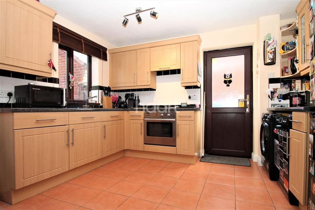 3 Bedrooms Semi Detached House for sale in Severn Close, Wellingborough