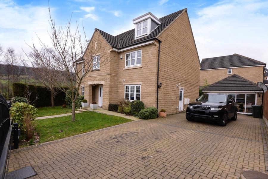 5 Bedrooms Detached House for sale in LYSANDER WAY, COTTINGLEY, BD16 1WF