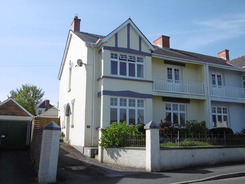 4 Bedrooms Semi Detached House for sale in Alan Road, Llandeilo, Carmarthenshire.