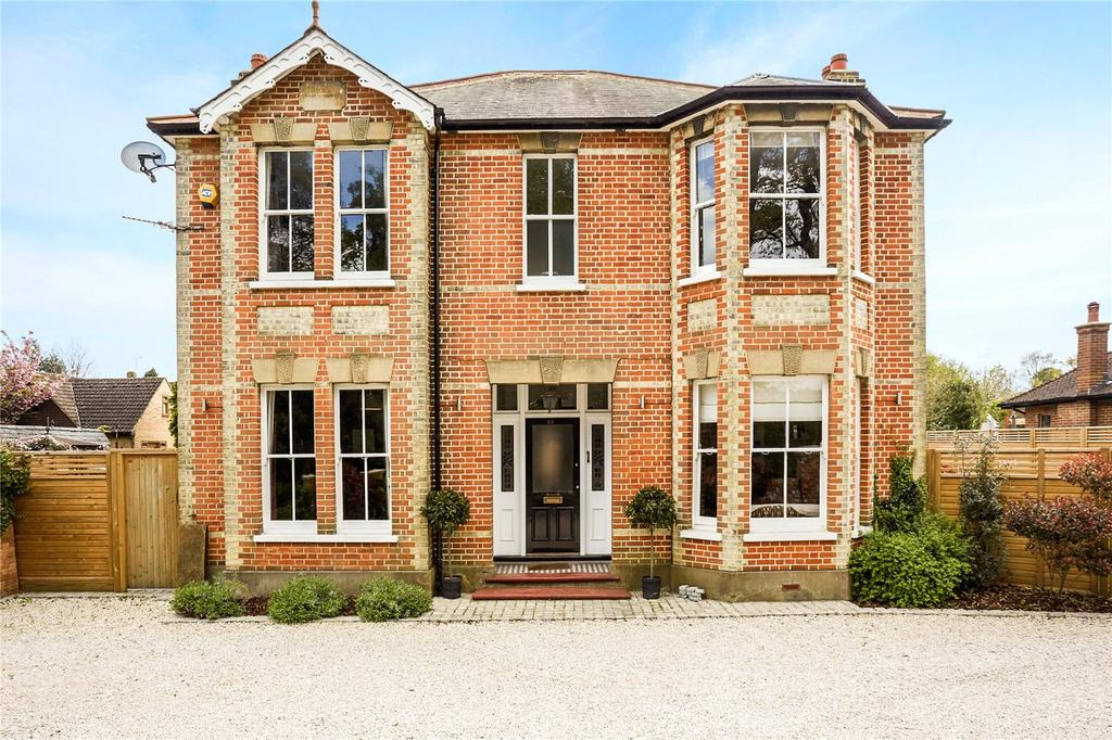 4 Bedrooms Detached House for sale in Spinney Hill, Addlestone, Surrey, KT15