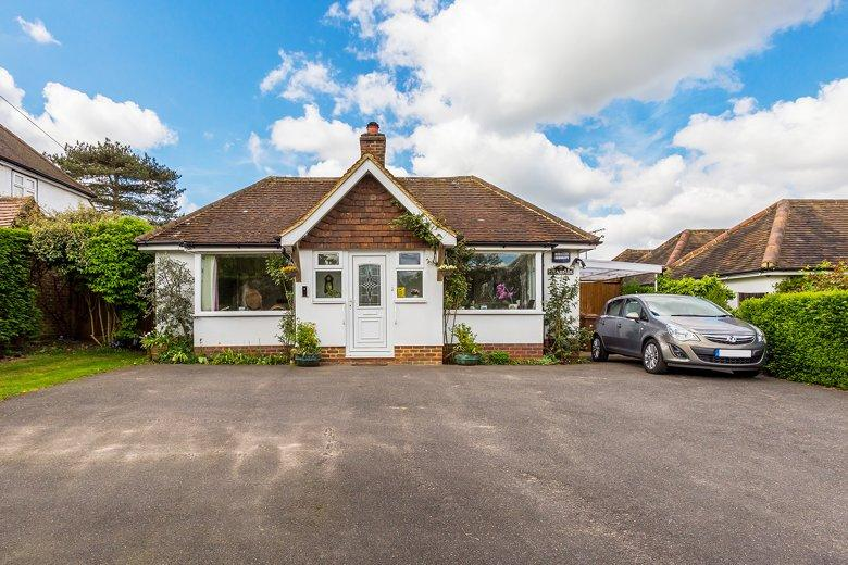 2 Bedrooms Bungalow for sale in East Horsley