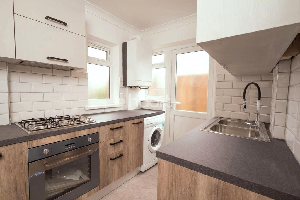 2 Bedrooms Maisonette Flat for sale in Pinewood Avenue, Hillingdon