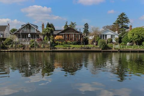 3 bedroom detached bungalow to rent - The Island, Thames Ditton