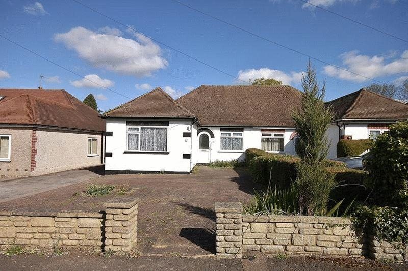 3 Bedrooms Bungalow for sale in Crewes Avenue, Warlingham