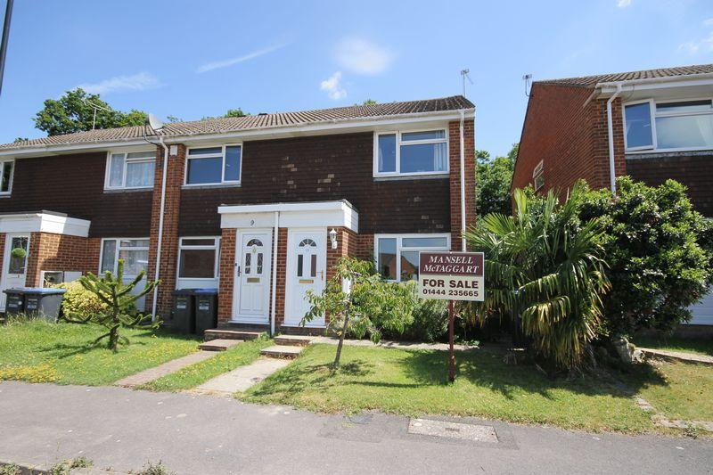 2 Bedrooms End Of Terrace House for sale in Weavers Close, Burgess Hill, West Sussex