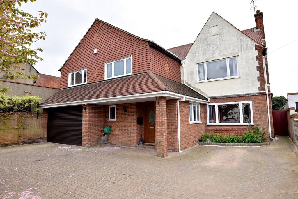 6 Bedrooms Detached House for sale in Thundersley