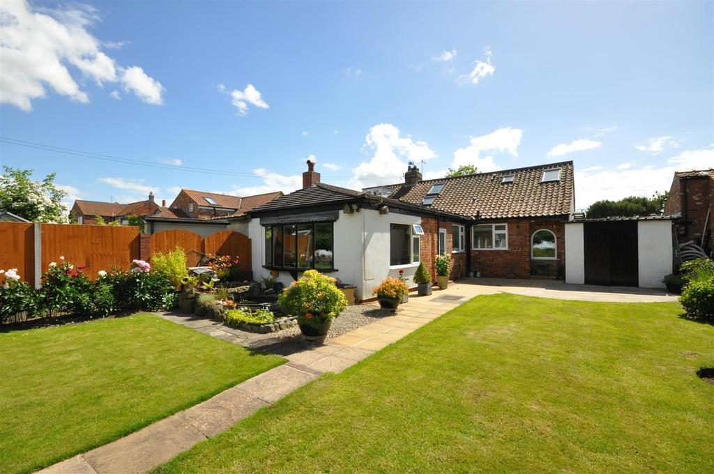 4 Bedrooms Semi Detached Bungalow for sale in Hopgrove Lane North, York