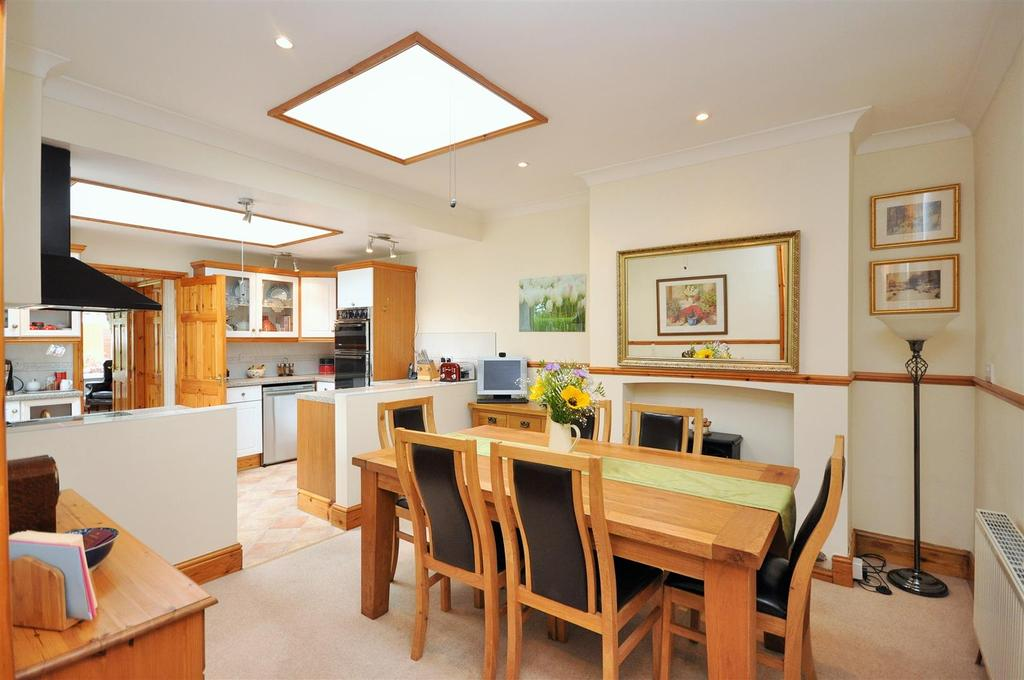 4 Bedrooms Semi Detached Bungalow for sale in Hopgrove Lane North, York, YO32 9TF