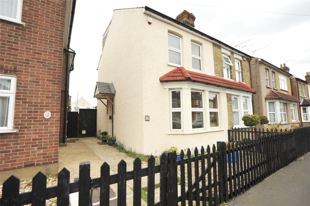 3 Bedrooms Semi Detached House for sale in Drummond Road, Romford, RM7