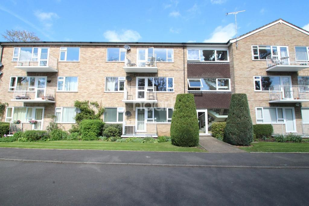 2 Bedrooms Flat for sale in Boulters Gardens