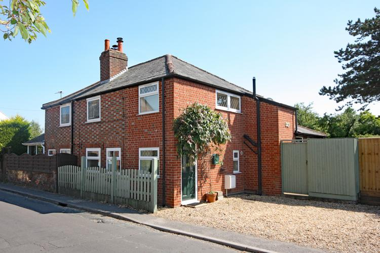 2 Bedrooms Semi Detached House for sale in North Street, Lymington SO41