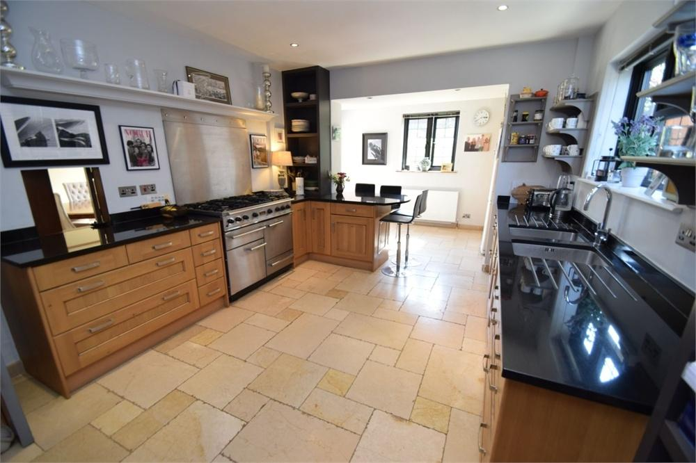 5 Bedrooms Detached House for sale in Carew Road, Upperton, East Sussex