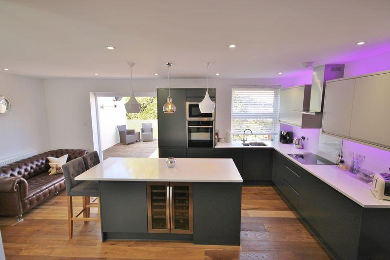 2 Bedrooms Maisonette Flat for sale in Junction Road, Burgess Hill, West Sussex
