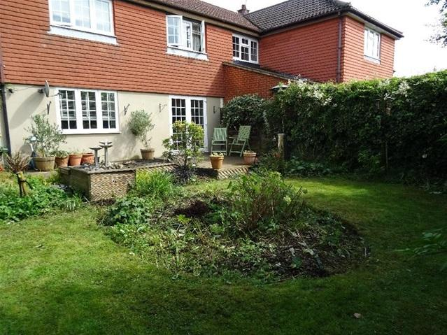 3 Bedrooms Semi Detached House for sale in Lysander Close, Bovingdon, Bovingdon