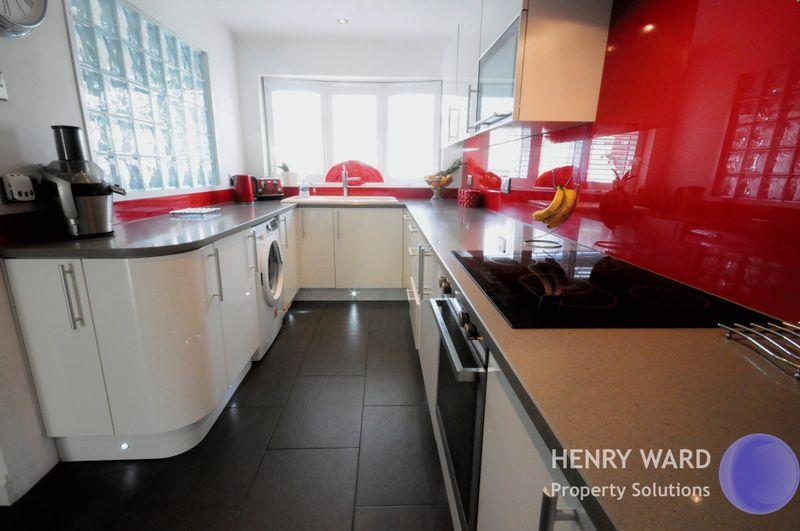 3 Bedrooms Semi Detached House for sale in Valley Close, Waltham Abbey