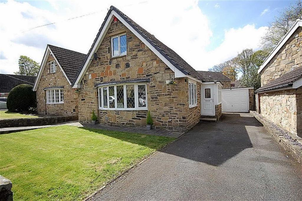3 Bedrooms Detached House for sale in Holmcliffe Avenue, Taylor Hill, Huddersfield, HD4