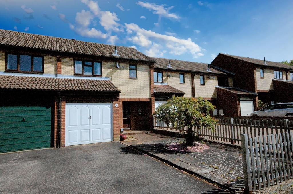 3 Bedrooms Terraced House for sale in St. Albans Drive, Stevenage