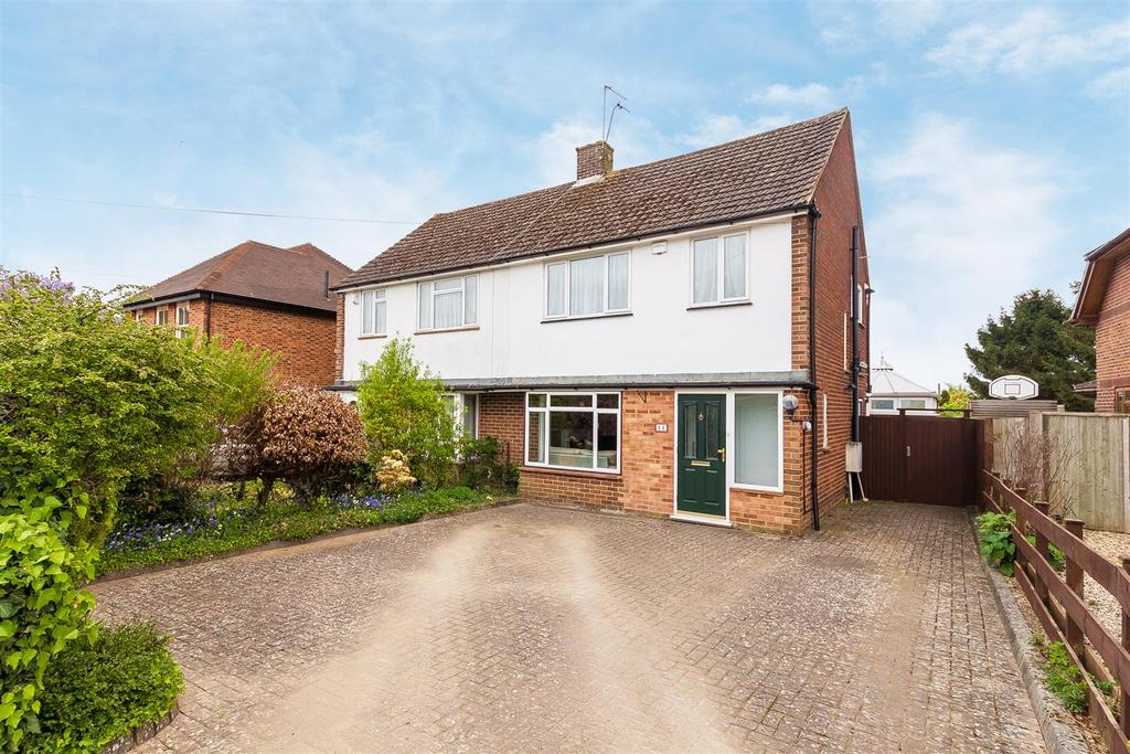 4 Bedrooms Semi Detached House for sale in Bernards Way, Flackwell Heath