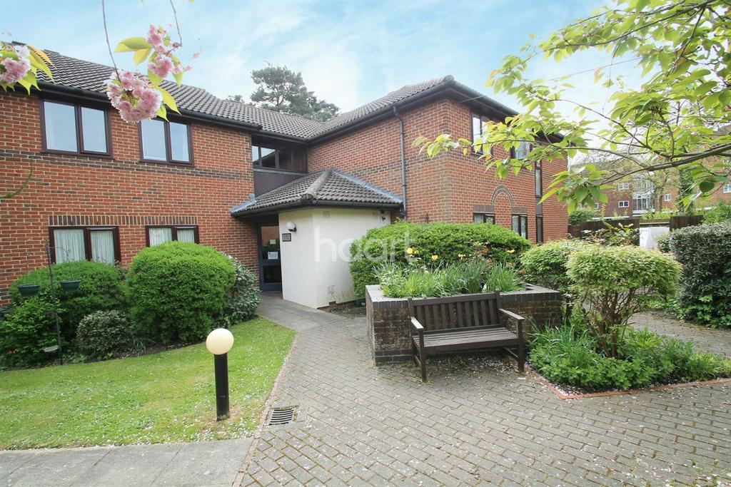 2 Bedrooms Flat for sale in Huntsgreen Court, Bracknell.