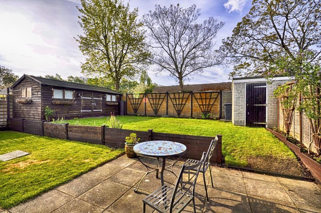 2 Bedrooms Semi Detached Bungalow for sale in Manor Fields, Liphook