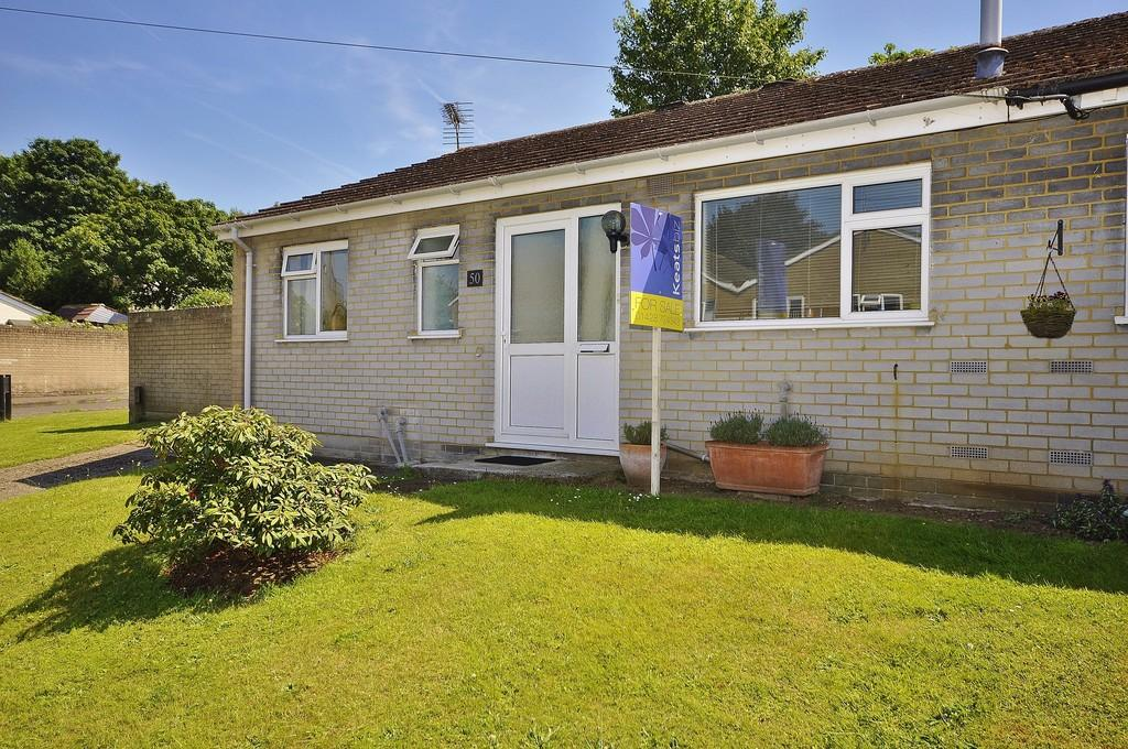 2 Bedrooms Semi Detached Bungalow for sale in Manor Fields, Liphook