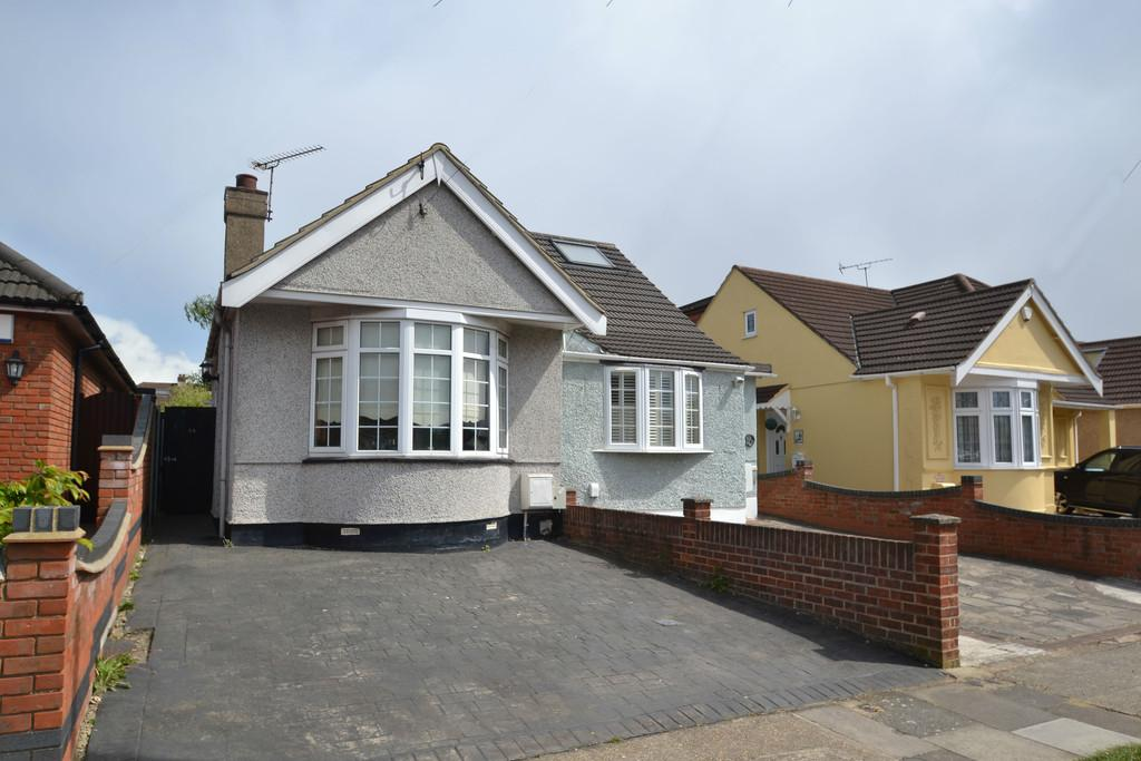 2 Bedrooms Semi Detached Bungalow for sale in Clyde Way, Romford
