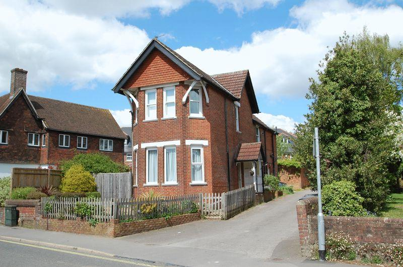 2 Bedrooms Flat for sale in Station Road, Petersfield