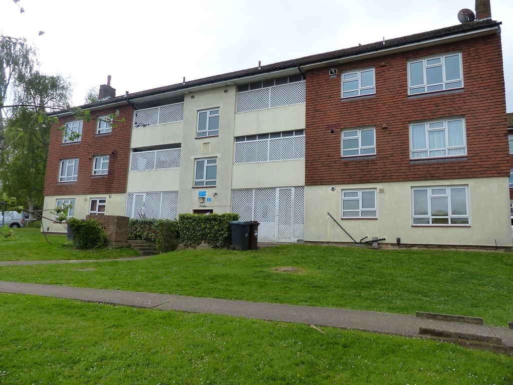 3 Bedrooms Flat for sale in Larkfield Close, Hayes, BR2