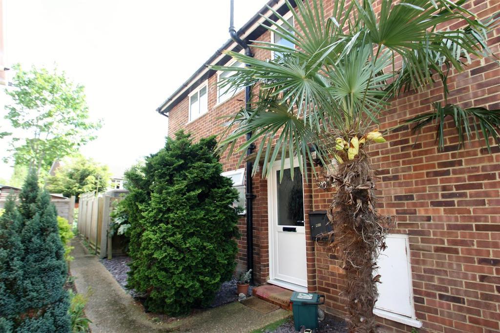 2 Bedrooms Maisonette Flat for sale in Fairholme Road, Ashford