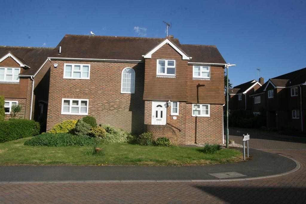 4 Bedrooms Detached House for sale in St Benets Way, Tenterden TN30