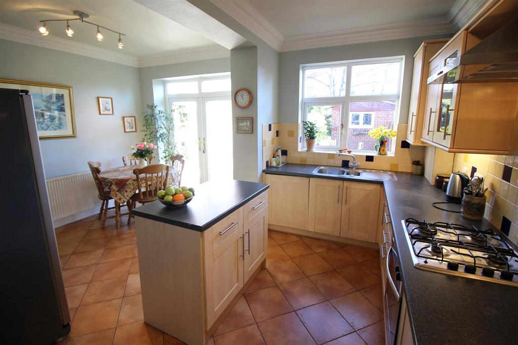 Forest avenue forest hall 4 bed end of terrace house for for Terrace kitchen diner