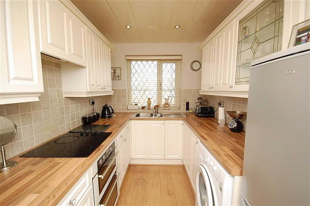 2 Bedrooms Semi Detached Bungalow for sale in Mountfield Road, Waterloo, Huddersfield, HD5