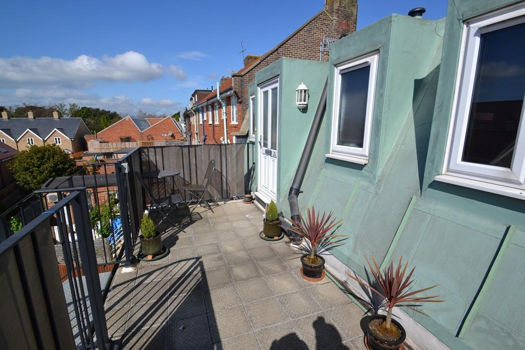2 Bedrooms Flat for sale in Goring Road, Worthing, West Sussex, BN12 4NX