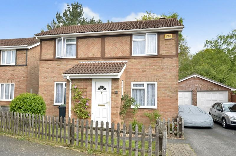 3 Bedrooms Detached House for sale in Camellia Close, Three Legged Cross, Wimborne