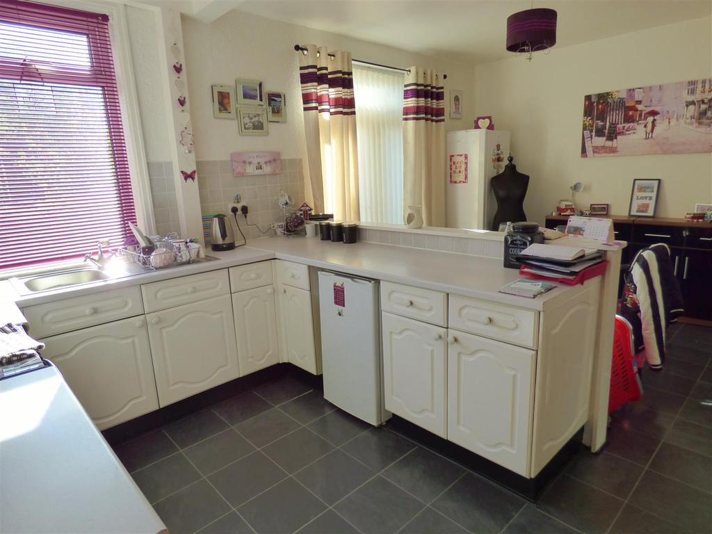 3 Bedrooms Semi Detached House for sale in Kenmore Crescent, Wibsey, Bradford, BD6 3JG